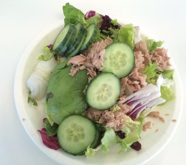 Pav`s lunsj: Salatmix,agurk,avokado med tunfisk i vann
