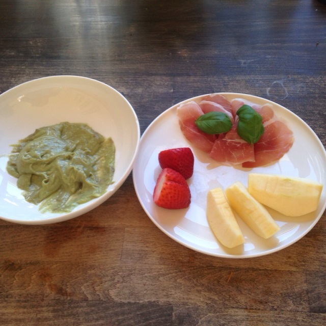 Hanne`s lunsj: Rester fra frokosten,spenkeskinke med eplebiter og to jordær.