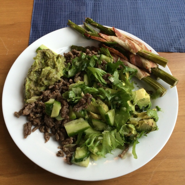 Pav`s lunsj: Aspargues surret med bacon, hvitløkskryddret kjøttdeig og salat.