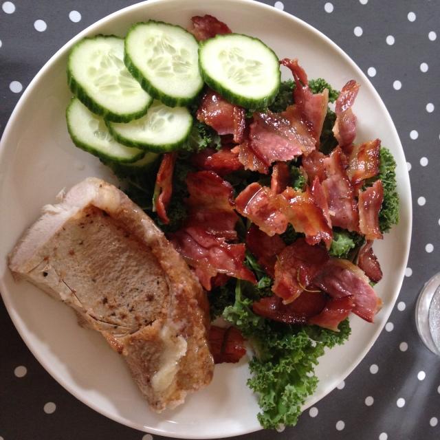 Grønnkålsalat med bacon,en halv svinekotelett og noen agurk skiver