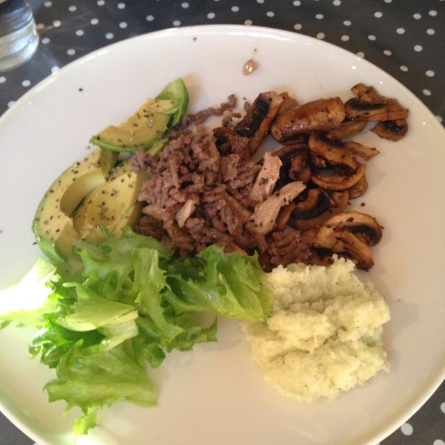 Svinekjøttstrimler,kjøttdeig, blomkål/brocolig mos og salat.
