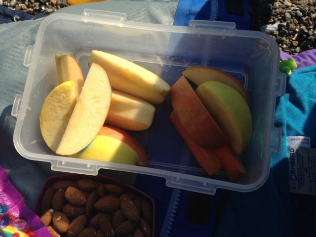Tur snacks: To gulrøtter i biter og to epler i biter.